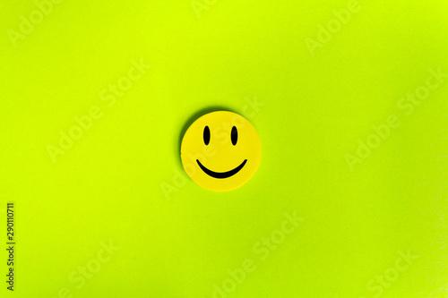 Carta da parati  Positive Funny smiley face on a green cardboard background
