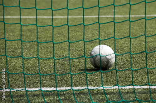 Fototapeta piłka na boisku za siatką obraz