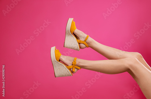 Fotografía  Woman in stylish shoes on pink background