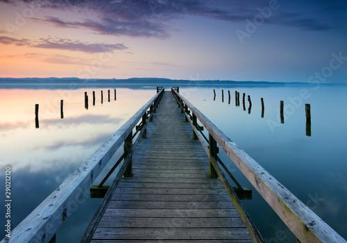 Fototapeta kładka  dlugie-drewniane-molo-do-spokojnego-jeziora-o-wschodzie-slonca