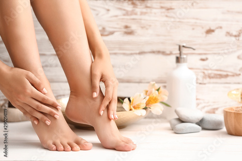 Autocollant pour porte Pedicure Young woman after spa pedicure treatment in beauty salon