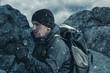 canvas print picture - Ermüdeter Wanderer mit Trekking Stock und Wanderrucksack vor Bergen