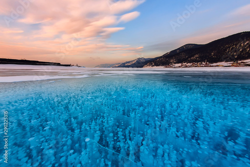 Photo Bubbles of methane gas frozen into clear ice lake baikal, russia