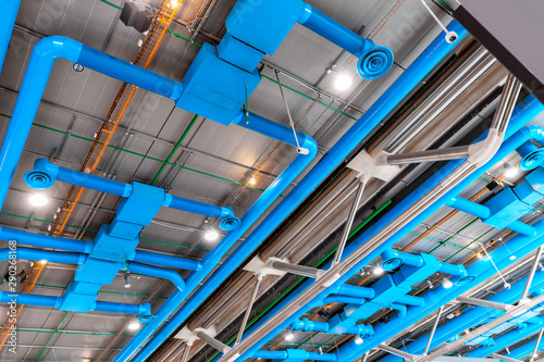Photo Industrial building ceiling with ventilation system pipes