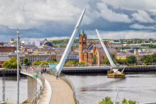The Peace Bridge and Guild Hall in Londonderry / Derry in Northern Ireland Tableau sur Toile