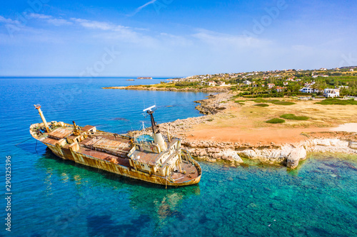 Poster de jardin Europe Méditérranéenne Cyprus. Pathos. White stone. Shipwreck. The ship ran aground top view. The ship crashed on the coastal rocks. Rusty ship at the shore of the Mediterranean sea. Tourist attractions of Cyprus.