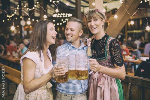 Fotografie, Obraz  Gruppe von Volksfest Besuchern auf dem Oktoberfest