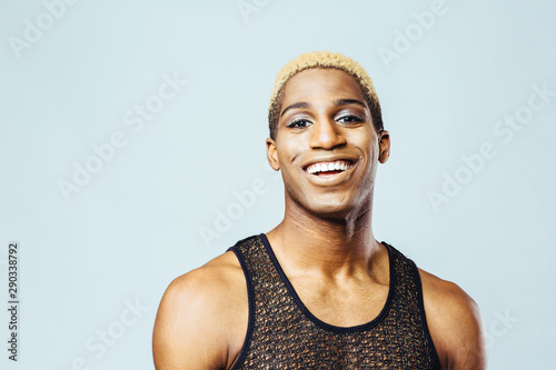 Photo Portrait of a smiling young man with bleached hair in studio