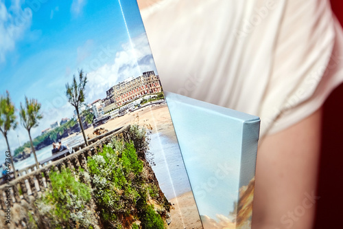 Foto auf AluDibond Lachs Canvas prints. Photography with gallery wrap. Landscape photo printed on glossy synthetic canvas and stretched on wooden stretcher bar, lateral side closeup. Selective focus