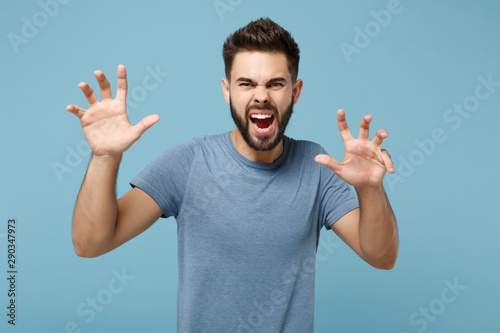 Photo Young crazy man in casual clothes posing isolated on blue background in studio