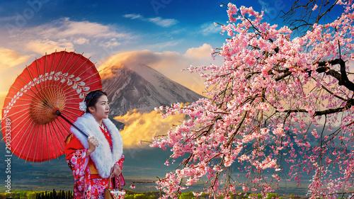 Obrazy Tokio  azjatycka-kobieta-ubrana-w-tradycyjne-japonskie-kimono-w-gora-fuji-i-kwiat-wisni-kawaguchiko