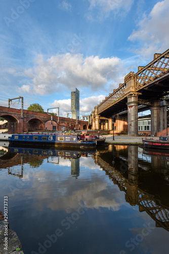 Foto Narrowboat on the Bridgewater Canal Castlefield Manchester with the Beetham Towe