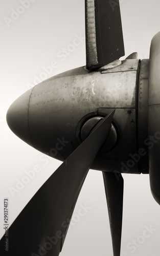 Photo Antonov An-26 propeller side view with aviation engine blades, black and white