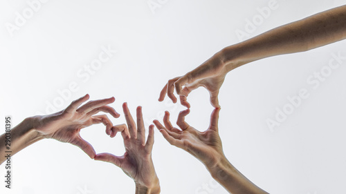 Fotografie, Obraz  Mädchen bildet Herz mit ihren Händen - Hintergrund weiß isoliert