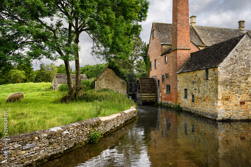 The Old Mill museum with undershot waterwheel on the River Eye with sheep Cotswo Tablou Canvas