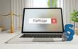 Tiefflüge – Laptop Monitor im Büro mit Begriff im Suchfeld. Paragraf und Waage. Recht, Gesetz, Anwalt.