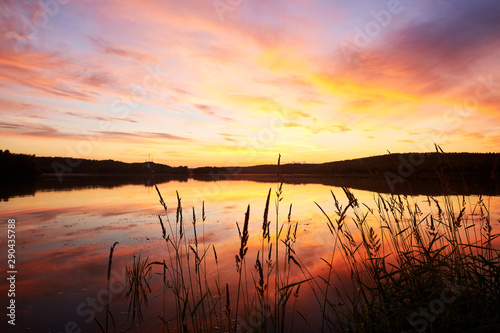 Fotografia summer sunset on lakeside with reflection at water