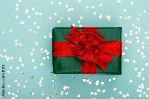 Photo sur Toile Amsterdam Christmas composition. Christmas golden glittering decorations on color background. Flat lay, top view, copy space - Image
