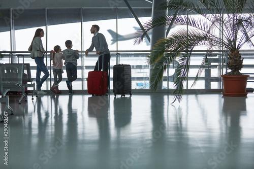 Familie auf Reisen am Flughafen beobachtet Flugzeug