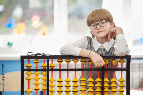 Photo girl with glasses and abacus soroban