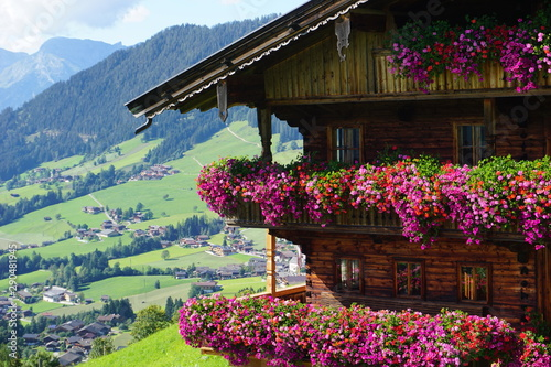 Photo  schönes traditionelles Bauernhaus mit Blumenpracht in Alpbach, Tirol, Austria