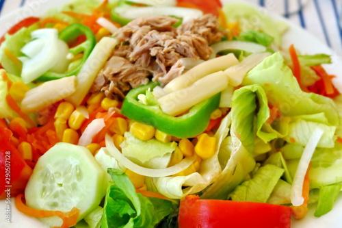 Poster Montagne salade de crudités : mais, thon,poivron, laitue, asperges...