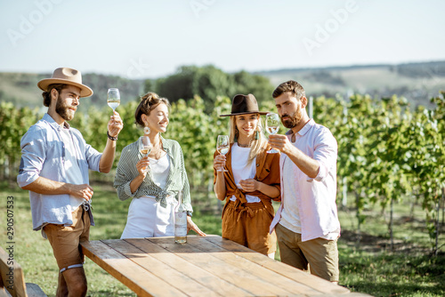 Fotomural  Group of young friends dressed casually having fun together, tasting wine on the
