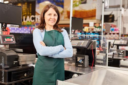 Valokuvatapetti Kassiererin im Supermarkt an Kasse