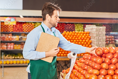 Supermarkt Verkäufer kontrolliert Gemüse Tapéta, Fotótapéta