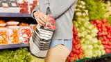 Frau bei Ladendiebstahl im Supermarkt