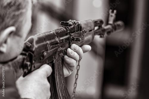 Cuadros en Lienzo A man shoots with a gun