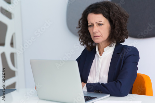 Photo Confused frowning businesswoman getting concerning news
