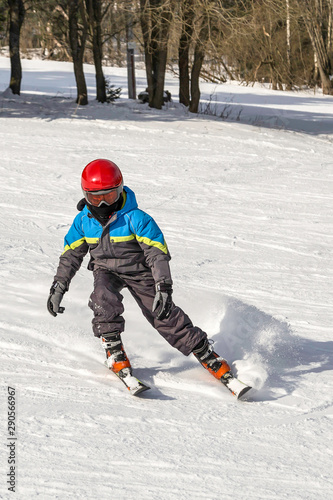 Poster Glisse hiver Boy learning skiing, czech ski resort.