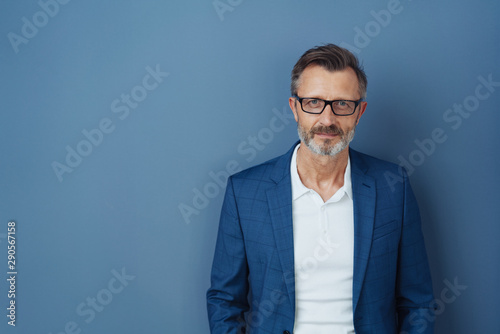 Photo Serious businessman wearing glasses staring