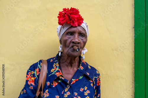 Fotografija Old Cuban lady smoking a large cigar in La Havana, Cuba