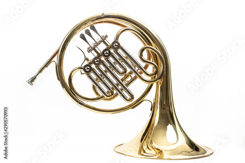 Fotografia Corno, instrumento musical dorado sobre fondo blanco