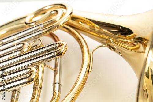 Fototapeta  Corno, instrumento musical dorado sobre fondo blanco