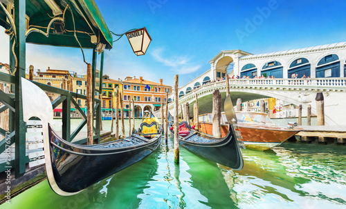 Foto op Plexiglas Gondolas Panoramic view of Gondolas and boat at their moorings against famous Rialto Bridge at Grand Canal in Venice, Italy, Europe