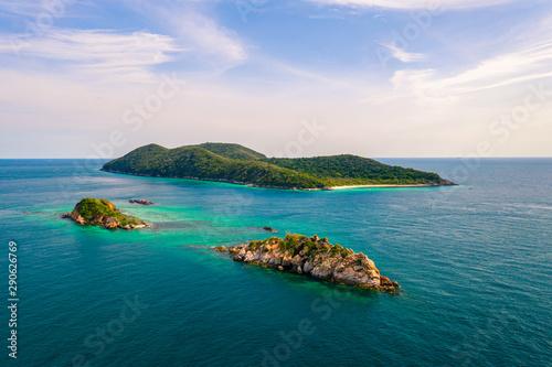 Foto auf AluDibond Blau türkis Aerial view of beautiful island with blue ocean in Sattahip, Thailand