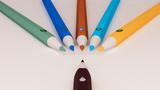 Fototapeta Tęcza - kolorowe kredki koncepcja internetu