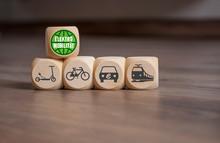 Würfel Mit Grünem Planet Und E-Mobilität