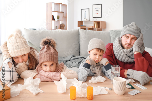Carta da parati Family ill with flu at home