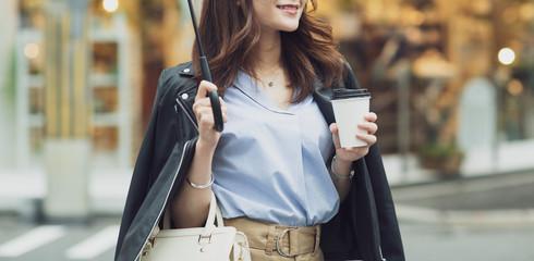 街中を歩く若い女性