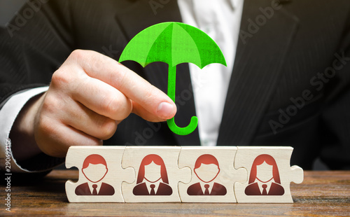 Fotomural A businessman provides support and insurance for a team of employees