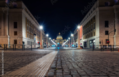 Stampa su Tela St. Peter's Basilica in Rome in the evening. Night photography