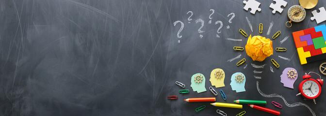 Obraz koncepcji edukacji. Kreatywny pomysł i innowacja. Zmięty papier jako żarówki metafora nad blackboard