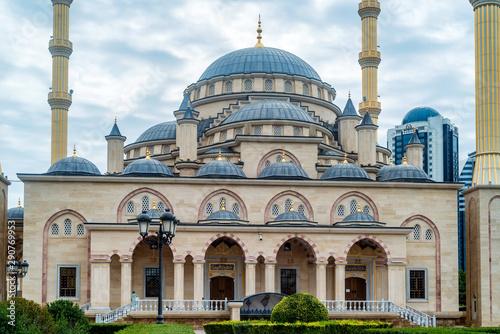 Carta da parati  Akhmad Kadyrov Mosque on cloudy day in Grozny, Chechnya, Russia