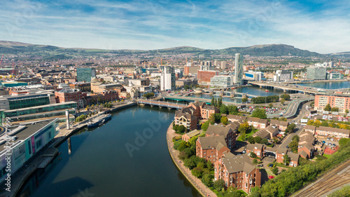 Foto Aerial view on river and buildings in City center of Belfast Northern Ireland