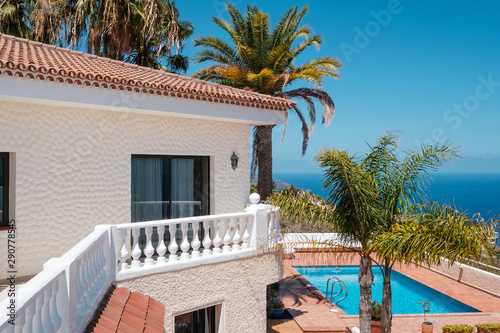 Cuadros en Lienzo house with swimming pool, palm trees and ocean sea view