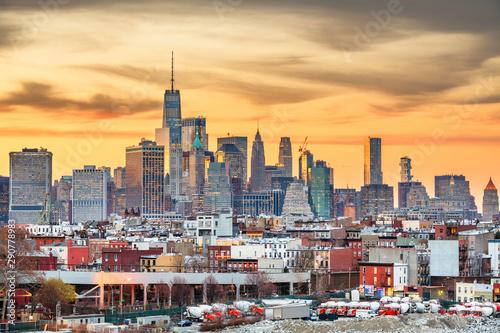 Fototapeten New York New York City, USA midtown Manhattan skyline at dusk from Brooklyn